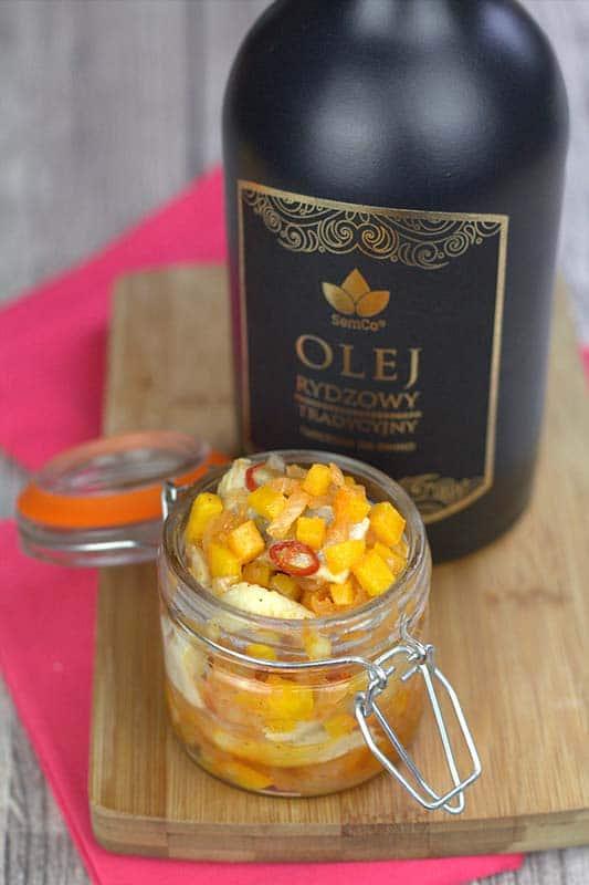 Olej rydzowy i śledź to duet doskonały, wystarczy dołączyć do nich kilka warzywnych dodatków, by powstała smaczna i aromatyczna sałatka.